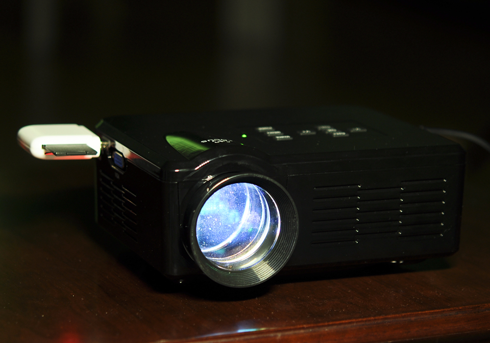 80 lumen mini led projector black gadget infinity for Lumen pocket projector